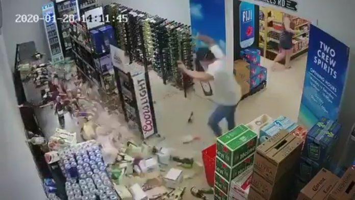 VIDEO: Un hombre trata de salvar una estantería de cervezas durante el sismo de 7,7 en el Caribe y fracasa