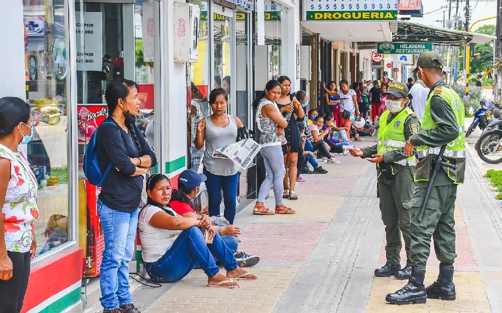 Pese a la cuarentenea en Leticia se ven largas filas de las personas que buscan cobrar subsidios como Familias en Acción (Foto Alcaldía de Leticia)