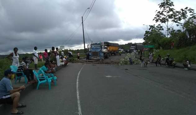 Vías en Buenaventura, nuevamente bloqueadas por reclamantes de ayudas humanitarias