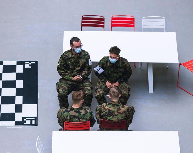 """Soldados suizos participan en las pruebas de laboratorio de la tecnología de rastreo de contactos para detectar contagios de coronavirus que está desarrollando la EPFL. """"El Ejército es la única institución en Suiza que tiene autorización para juntar a tanta gente en poco espacio"""". explica uno de los investigadores."""