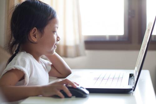Niña con un ordenador