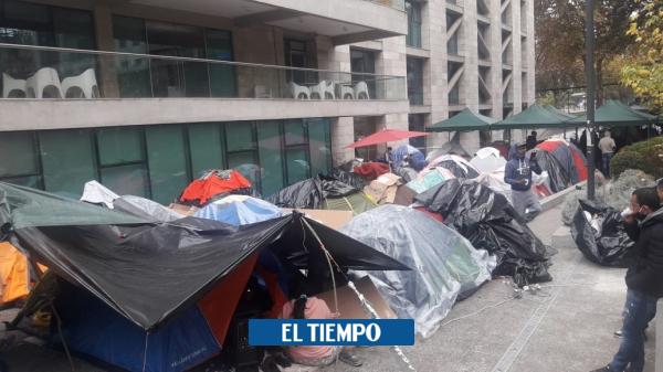Coronavirus: Colombianos acampan frente a la embajada Chilena esperan un vuelo - Latinoamérica - Internacional