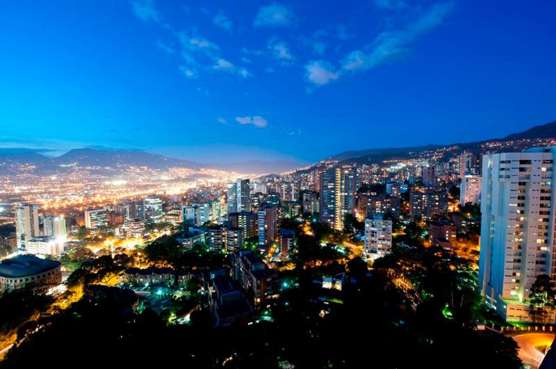 Mientras en Cali se endurecen las medidas, Medellín inició apertura de centros comerciales