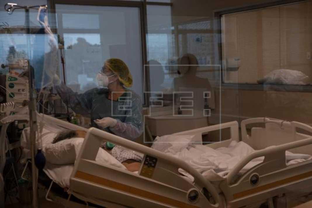 Sigue semana récord de muertes por COVID-19 en Chile, que mantiene la cuarentena