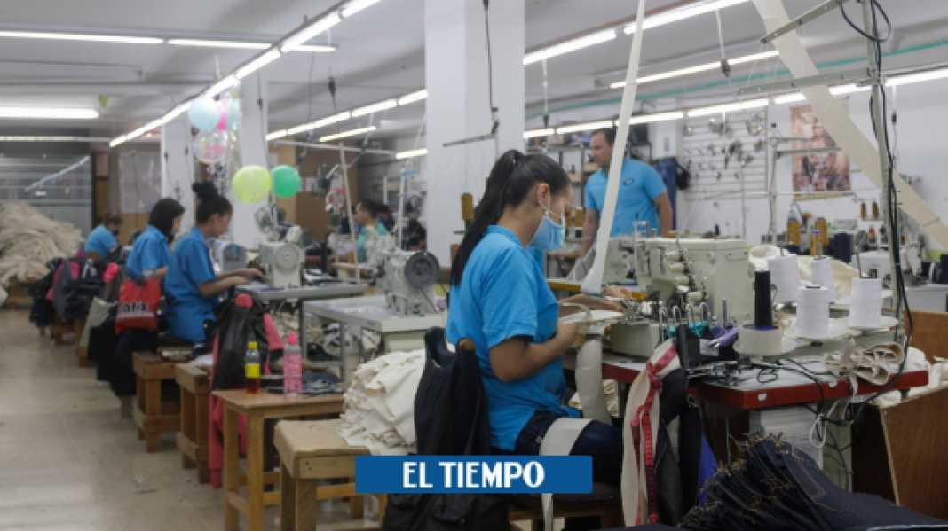 Empresas que se han reinventado por el coronavirus vendiendo prendas contra el virus - Economía