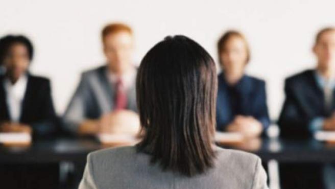 Una mujer durante una entrevista laboral.