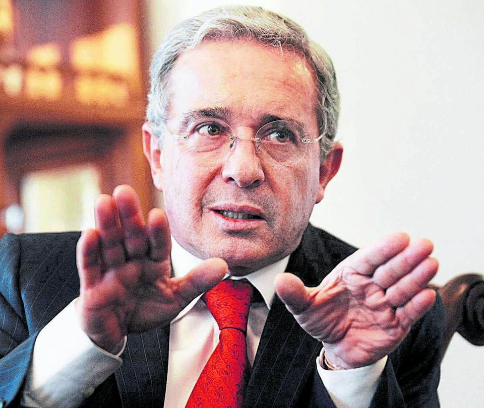 Álvaro Uribe Vélez Reacciones políticas de Claudia López, Roy Barreras,Paloma Valencia,Antonio Navarro Wolf a la orden de detención emitida por Corte constitucional | Economía