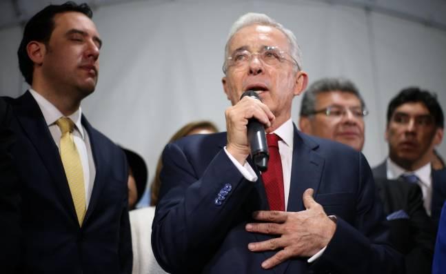 Álvaro Uribe renuncia al Senado y así reaccionan los congresistas
