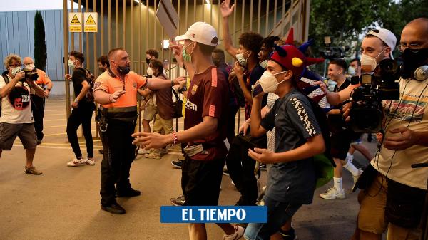 Hinchas del Barcelona protestan en el Camp Nou por la salida de Lionel Messi - Fútbol Internacional - Deportes