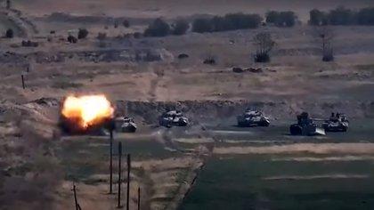 Una captura de imagen tomada de un video disponible en el sitio web oficial del Ministerio de Defensa armenio el 27 de septiembre de 2020, presuntamente muestra la destrucción de vehículos militares azeríes durante los enfrentamientos entre Armenia y Azerbaiyán en la región separatista de Nagorno-Karabaj. (Photo by Handout / Armenian Defence Ministry / AFP) /