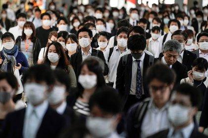 Para terminar con la pandemia de COVID-19 la vacuna será un elemento central, pero también harán falta otras medidas (EFE/ EPA/ KIMIMASA MAYAMA)