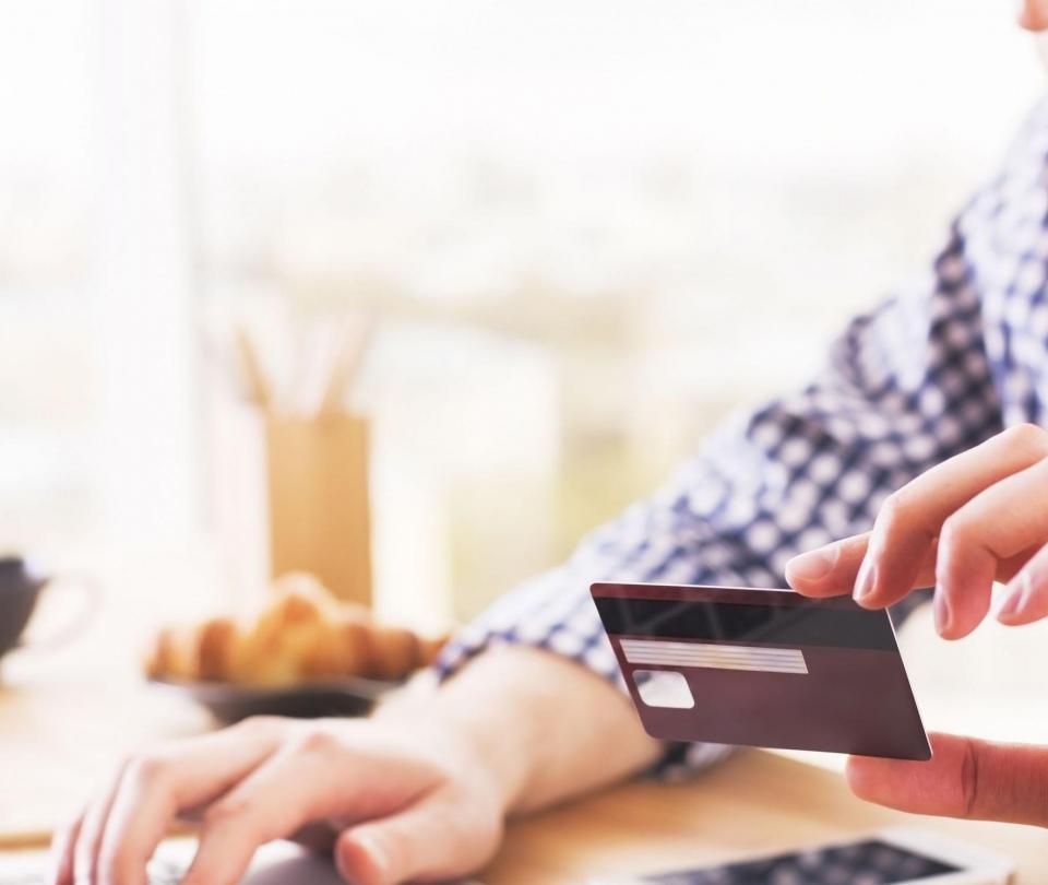 Guía para evitar que los gastos con tarjeta de crédito se salgan de control - Finanzas Personales - Economía