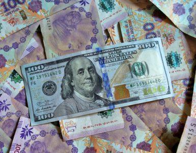 Revelaciones de un vendedor ilegal de dólares en Buenos Aires que se disfraza de 'delivery' para entregar el dinero