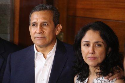 Imagen de archivo del expresidente peruano Ollanta Humala (i) y su esposa, Nadine Heredia (d), en la puerta de su casa, en el distrito Surco, en Lima (Perú). EFE /Ernesto Arias /Archivo