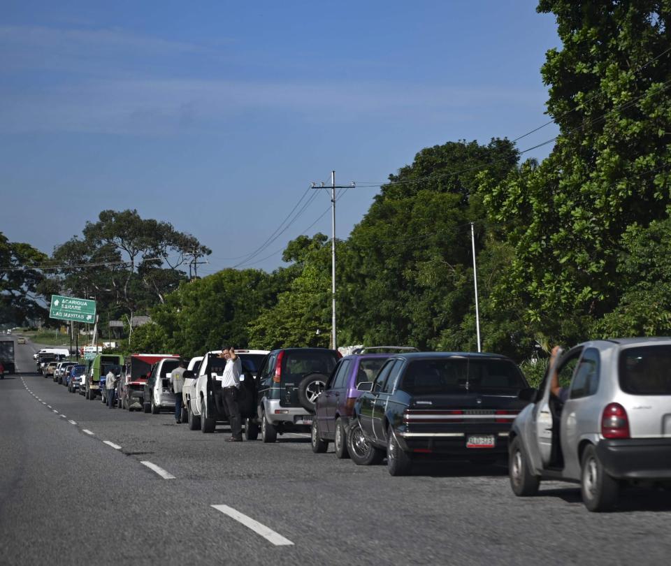 Venezolanos pasan días a la espera de poder cargar gasolina   Economía