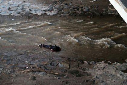 MATERIAL SENSIBLE. Foto del viernes del manifestante que cayó de un puente durante una protesta en el centro de Santiago. REUTERS/Ivan Alvarado
