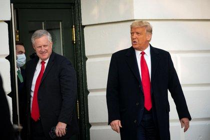 El jefe de gabinete Mark Meadows junto al presidente Donald Trump (REUTERS/Al Drago)
