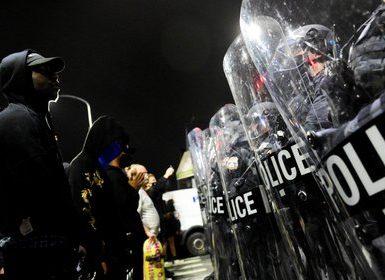 Los manifestantes chocan con la policía antidisturbios durante un mitin después de la muerte de Walter Wallace Jr., un hombre que fue baleado por la policía en Filadelfia. REUTERS/Bastiaan Slabbers