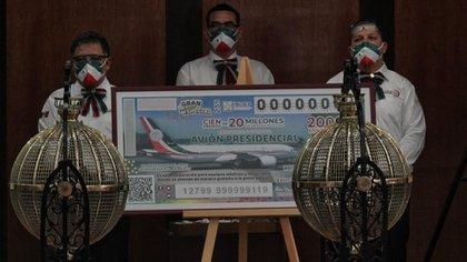 Personal de una escuela en Veracruz denunciaron que funcionarios de la Secretaría de Bienestar, les quitaron boletos premiados del avión presidencial (Foto: Cuartoscuro)