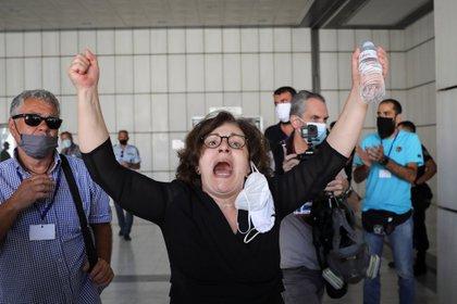 Magda Fyssa, madre del rapero antifascista Pavlos Fyssas, asesinado por un miembro de Alba Dorada en 2013, celebra la sentencia en el tribunal (REUTERS/Alkis Konstantinidis)