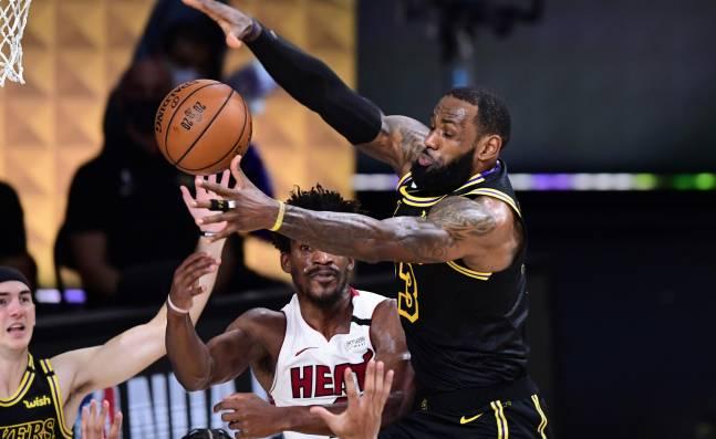 Los Lakers no se dejan sorprender por Miami y avanzan 2-0 en las Finales de la NBA