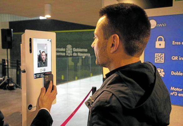 Una persona probando el sistema de reconocimiento facial.