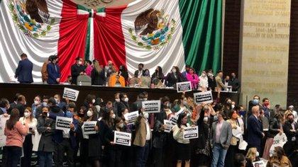 La toma de la tribuna obligó a la presidenta del órgano legislativo, Dulce María Sauri, a decretar un receso (Foto: Twitter @MarthaTagle)