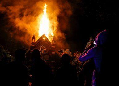 La iglesia institucional de Carabineros, San Francisco de Borja, fue incendiada por encapuchados, mientras se desarrollaba una multitudinaria marcha en ese país.  EFE/Stringer