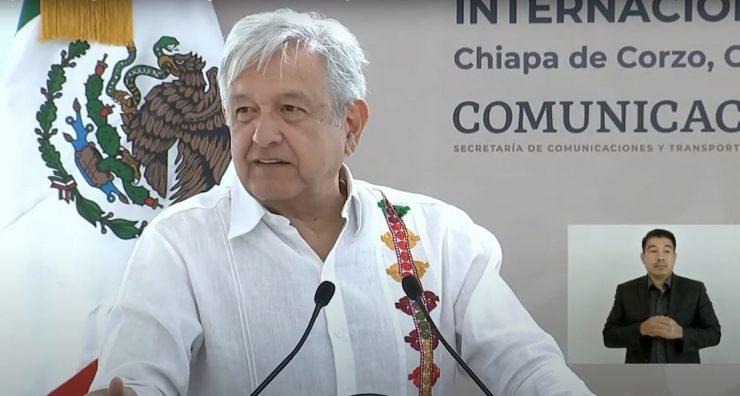 Andrés Manuel López Obrador en aeropuerto internacional Ángel Albino Corzo