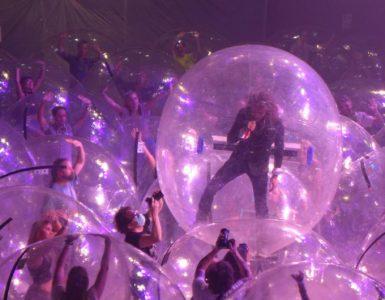 The Flaming Lips y el concierto donde todos gozaron en burbujas gigantes