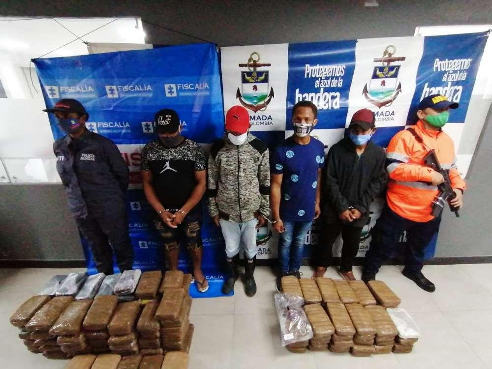 Armada de Colombia captura cuatro extranjeros con cargamento de marihuana oculto en canecas de combustible