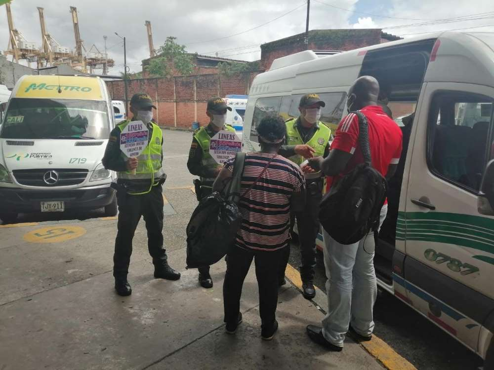 La Policía nacional realizó en la terminal de transporte campaña para mitigar la violencia de género
