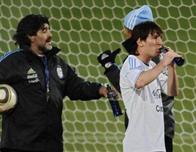 ¡Para recordarlo siempre! El día que Maradona tocó a Messi con su mano de Dios