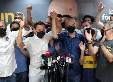 Bruno Covas, alcalde de San Pablo, celebra con el gobernador Joao Doria (Reuters)