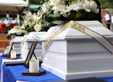 Fotografía cedida este martes por la Jurisdicción Especial para la Paz (JEP) que muestra la ceremonia de entrega de los restos de cinco personas que fueron halladas en una fosa común del municipio de Dabeiba (Colombia). EFE/ Jurisdicción Especial para la Paz