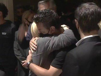 Marcelo Gallardo abraza a Claudia Villafañe y juntos comparten el dolor de un pueblo