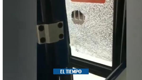 Pánico de pasajeros del MIO cuando hombre atacó el bus a piedras - Cali - Colombia