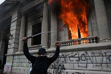 Manifestantes incendian la sede del Congreso de Guatemala y se enfrentan a la Policía exigiendo el veto del presupuesto y la renuncia del presidente