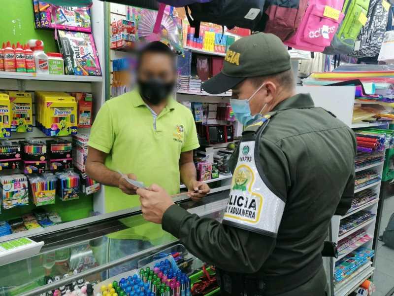 LA POLICÍA FISCAL Y ADUANERA EN BUENAVENTURA REALIZÓ CAMPAÑA DE SENBILIZACION Y PREVENCIÓN AL HURTO A COMERCIO EN EL SECTOR DE PUEBLO NUEVO