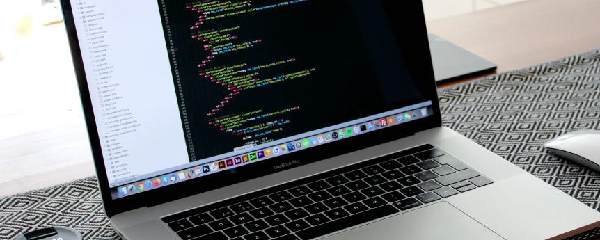 Imagen ornamental, un Macnook Pro con un editor de código abierto, por Nathan Silva, CC0