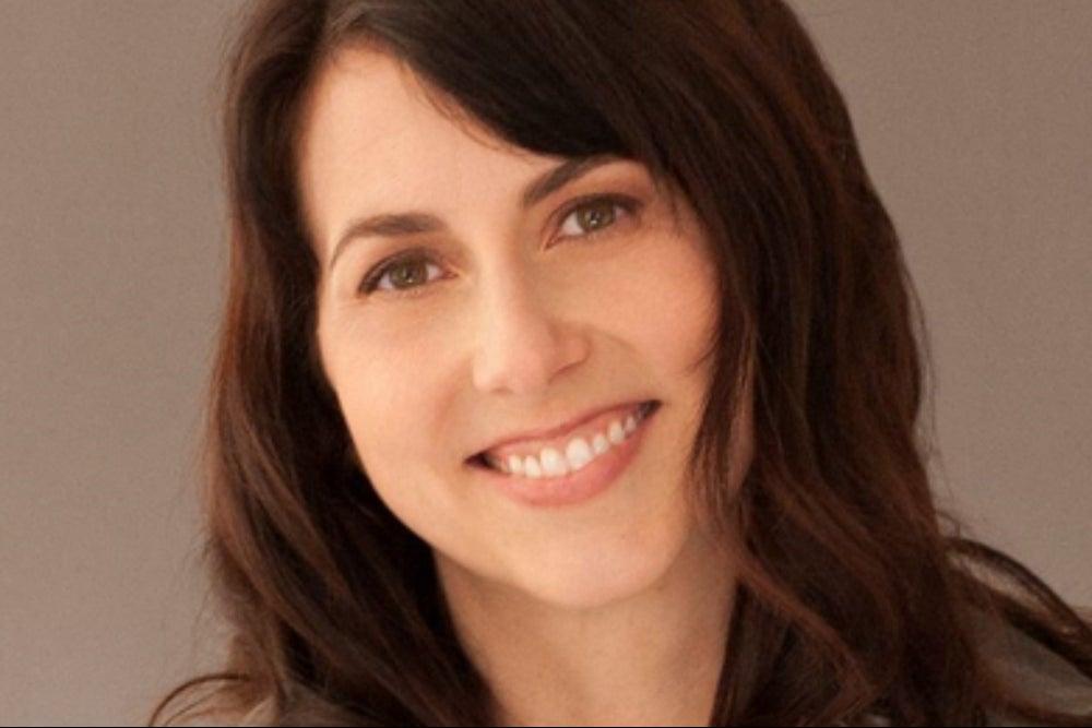 MacKenzie Scott, ex esposa de Jeff Bezos, donó 4.1 mil millones de dólares en evento benéfico destinado a la pandemia