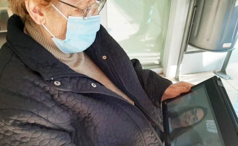 Una mujer conversa con una trabajadora de Alzheimer Bierzo a través de una tablet. ALZHEIMER BIERZO