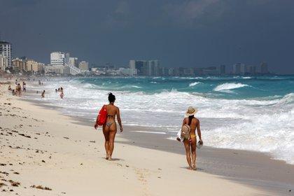 Turistas disfrutan de la playa en Cancún (México) EFE/Alonso Cupul