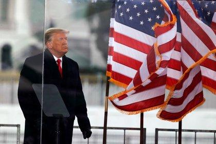 FOTO DE ARCHIVO: El presidente Donald Trump observa a sus seguidores al final de su discurso durante un mitín en Washington DC el 6 de enero de 2021. REUTERS/Jim Bourg