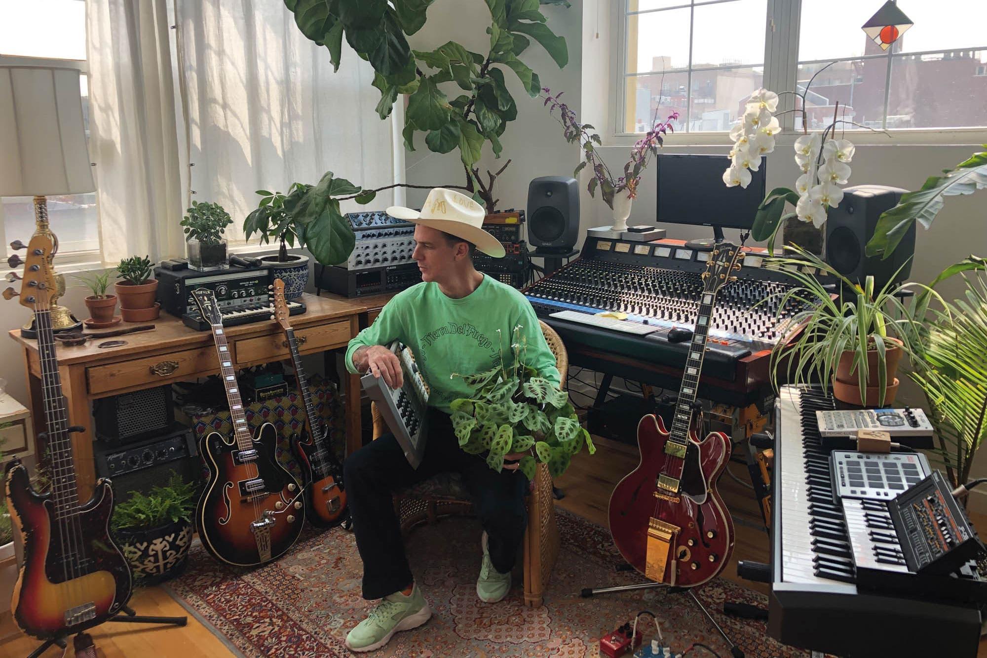 El artista argentino que, con tecnología, capta la energía de las plantas y la convierte en música