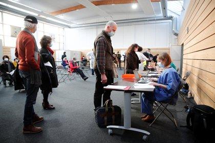 Personas se registran para ser vacunadas contra el COVID-19 en Francia. Foto: REUTERS/Benoit Tessier