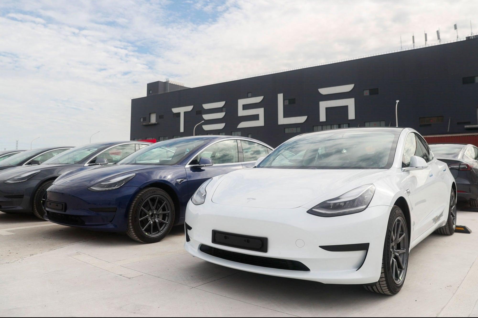 Piden a Tesla que retirar 158 mil autos debido a una falla en su memoria flash