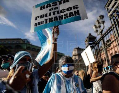 Argentinos protestan contra el Gobierno por el escándalo de las vacunas VIP