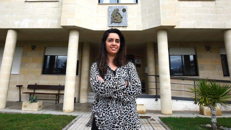 Tania Paz, frente a la sede de Proyecto Hombre en Ponferrada.