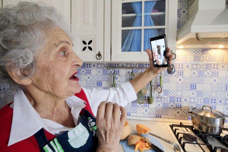 Valentina Kuleshova, de 85 años, es una famosa bloguera del sur de Rusia. Cuelga en Instagram fotos de sus recetas y cuenta historias de la Segunda Gerra Mundial. En la imagen, se toma una selfi en su cocina.